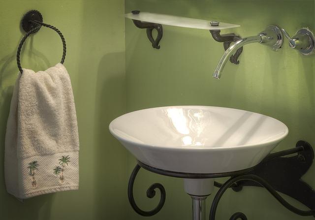 ručník u umyvadla