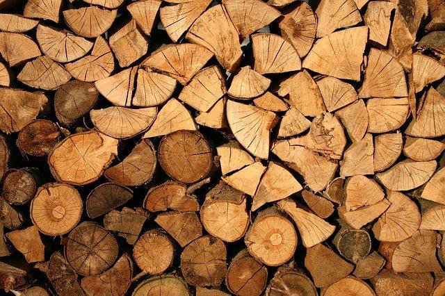 srovnané palivové dřevo