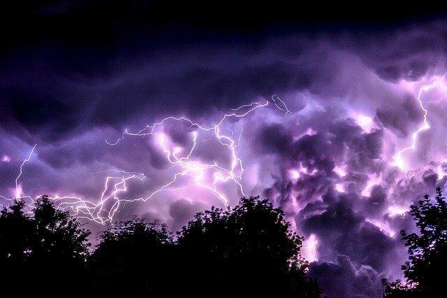 blesky v noci